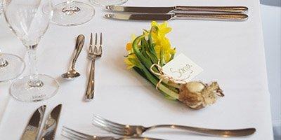 Bordopdækning med påskeliljer